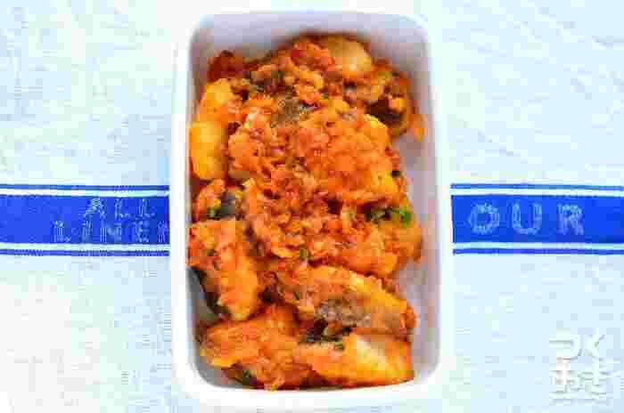 白身魚は和風&洋風レシピだけではなく、中華やエスニック料理にも美味しくアレンジできるんですよ。こちらはプリプリのタラをチリソースで味付けして、長ネギと生姜をアクセントに効かせた美味しい「タラのチリソース」。冷蔵庫で5日間保存できるので、作り置きおかずにもおすすめですよ。