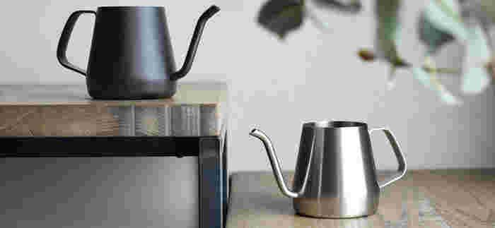 錆びにくく耐久性に優れたステンレス製の「KINTO(キントー)」のケトルは、無駄のないシンプルなフォルム。コンパクトなサイズ感で、コーヒー1~2杯分のお湯を沸かすのに適しています。小さいので持ちやすく、落とすお湯の量やスピードも自由自在。コーヒーの腕も上達するかもしれません。