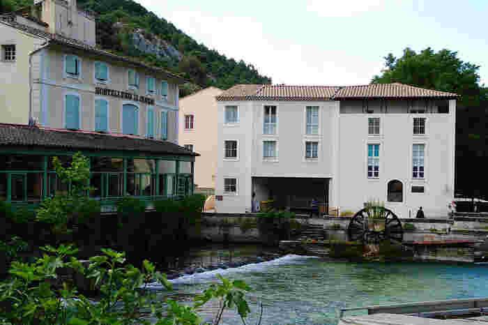フォンテーヌ・ドゥ・ヴォクリューズは、製紙産業が盛んな町です。今でも町はずれには、14世紀から手漉き紙を製造していた水車小屋が残っています。