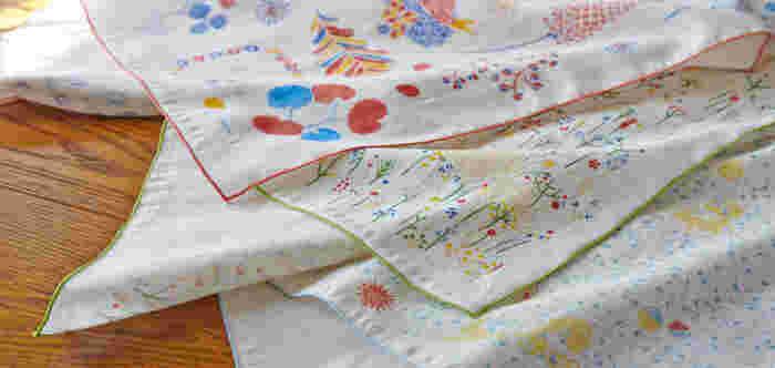 北海道在住の模様作家である岡理恵子さんがデザインした、まるで絵本の一ページを眺めているような美しいダブルガーゼのハンカチです。やや細めの糸である40番の糸で織りあげたふんわりとやわらかいガーゼを使っています。  繊維をもみほぐすタンブラー加工をしているので、ふっくらと肌触りのよい優しいガーゼハンカチに仕上がっています。