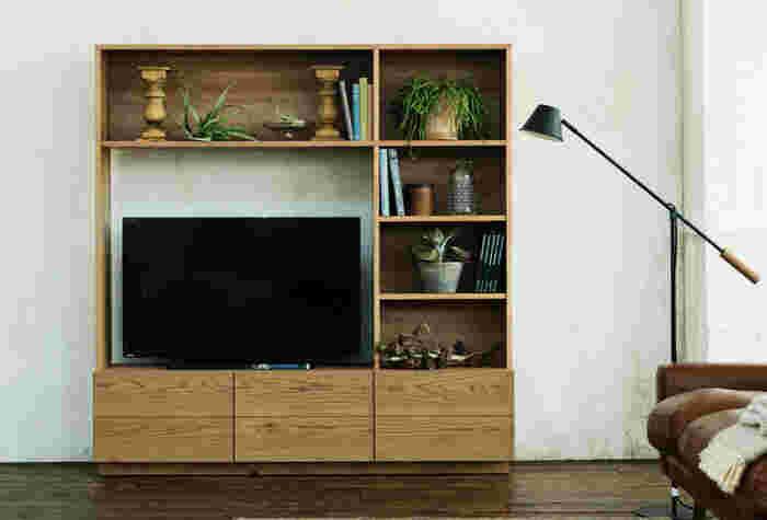 お部屋をスッキリ見せたいなら、やっぱり大容量のTVボード。高すぎないシンプルなデザインでテレビ周りを片付けてくれます。