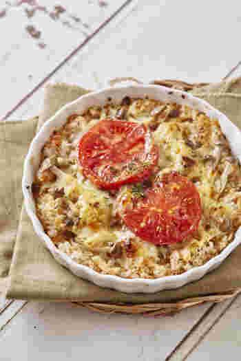 固形のカレールウとチーズ、鮭フレークで簡単に作れるチーズカレー。  鮭フレークを入れることでシーフードカレーのような風味も楽しめますね。  お好みでマッシュルームやしめじを入れてカサ増ししても良さそう。