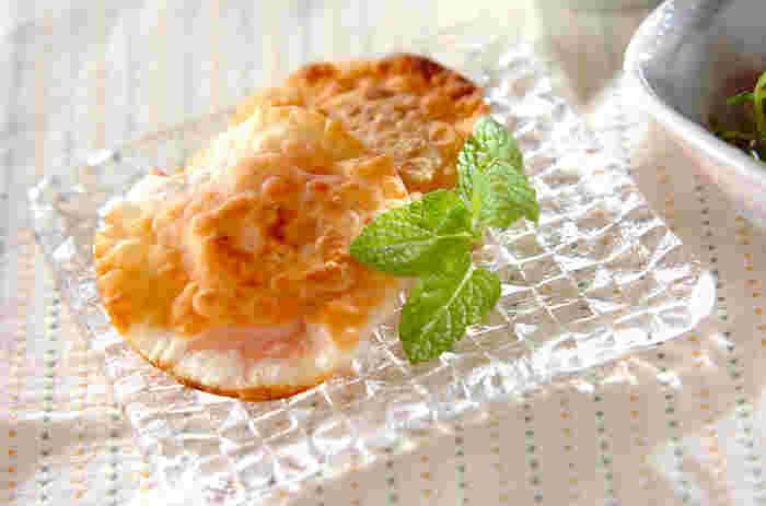 お食事系だけでなくデザート系に挑戦して、もっと餃子を楽しんでみませんか?いちごジャムとクリームチーズを包んで、フライパンでパリパリに焼き上げています。ミントの葉を添えて、香り豊かに◎