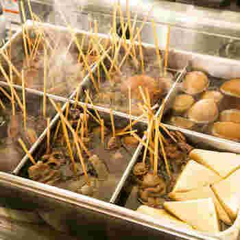 しんばでいただけるのは「静岡おでん」。牛すじで出汁をとり、色の濃い醤油で味付けした煮汁が特徴です。写真のようにすべての具材に串が刺さっているのも静岡おでんならでは。