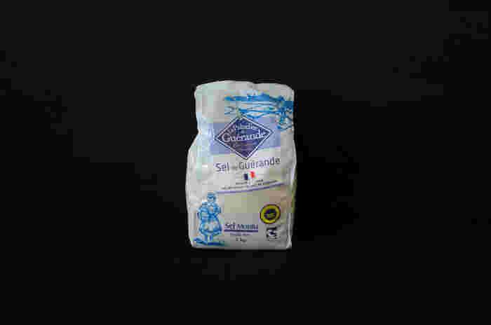 """フランスの中でも自然豊かなフランス西海岸のゲランド地方で生産される""""ゲランドの塩""""は、フランス語のおしゃれなパッケージと素敵なイラストがキュート。程よい粒の大きさで、甘みもある塩のため、塩むすびや自家製パン用の使用にも適しています。"""