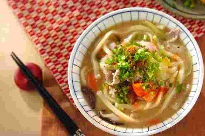 寒い季節に食べたくなる味噌煮込みうどん。梅雨の時期など、急に肌寒くなった時などにもおすすめです!体の芯から温まる、野菜たっぷりの煮込みうどんは、心がほっとする美味しさです。