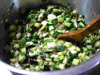 夏野菜を小さく切って、しょうゆとめんつゆで味つけしただしです。うまみを加えるために、がごめ昆布をプラスしています。このほかに刻み昆布、昆布茶をプラスしても◎