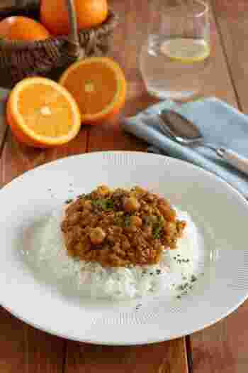 フレッシュなオレンジをまること1個加えたキーマカレー。コクとともにフルーティな爽やかさが感じられる夏向きの味。ルウを使用せず、カレー粉を使ったレシピです。