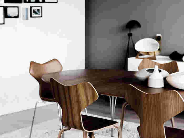 1950年代の北欧では、アアルトの活動を引き継いだ優れたデザイナーが生まれました。デンマークのアルネ・ヤコブセンもそのひとりです。彼は、成形合板を使ったセブンチェアやアントチェアなど優れた作品を多数生み出しました。写真は、グランプリチェア。スチールと成形合板を組み合わせたスタイリッシュなデザインと、スタッキングできる機能性が魅力です。