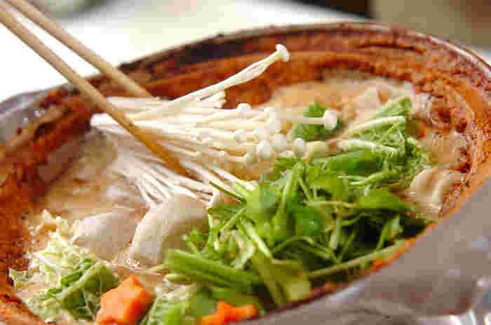 広島県特産のカキを使った郷土料理である「土手鍋」は、土鍋の内側に土手のように味噌を盛り付けて季節の野菜と煮込む鍋料理です。味噌はあっさりとした白味噌を使うのが一般的ですが、赤味噌や八丁味噌などでアレンジも可能。食べる直前に味噌の土手を崩して好みの味にしてからいただきます。
