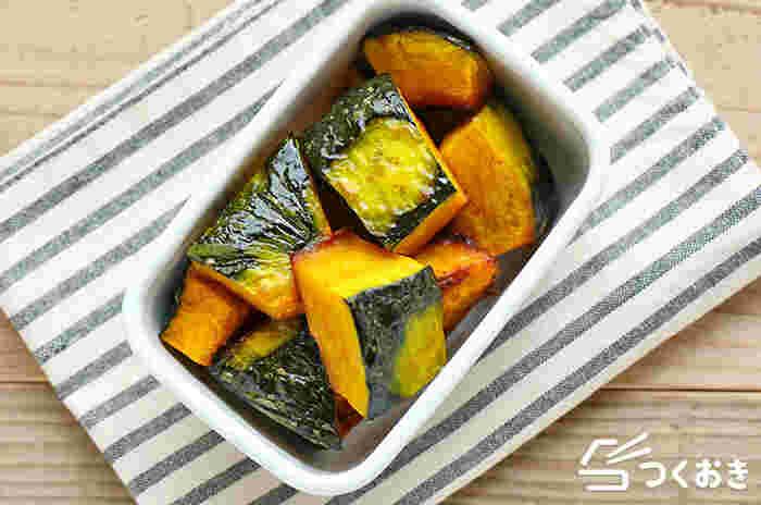 かぼちゃの甘みと旨味を味わえる「かぼちゃのグリル」は、少量の油と塩をからめてオーブンで焼くだけのお手軽レシピ。黄色と緑の彩りはお弁当にぴったり。冷蔵庫で5日保存できます。