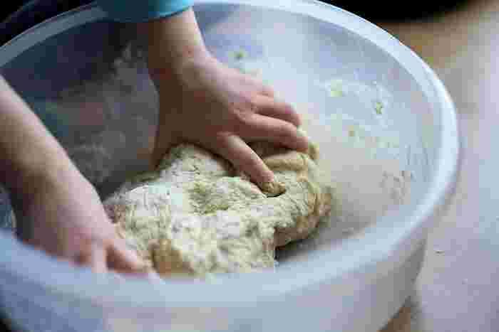 「イースト(パン酵母)」か「天然酵母」の酵母を使ってパンは作られます。酵母の力で、パン生地の中の栄養源を元に発酵して、炭酸ガスとアルコールが作られる力でふっくら焼きあがるんです。その酵母の発酵によって、パンには独特のいい香りや味わいが感じられます。