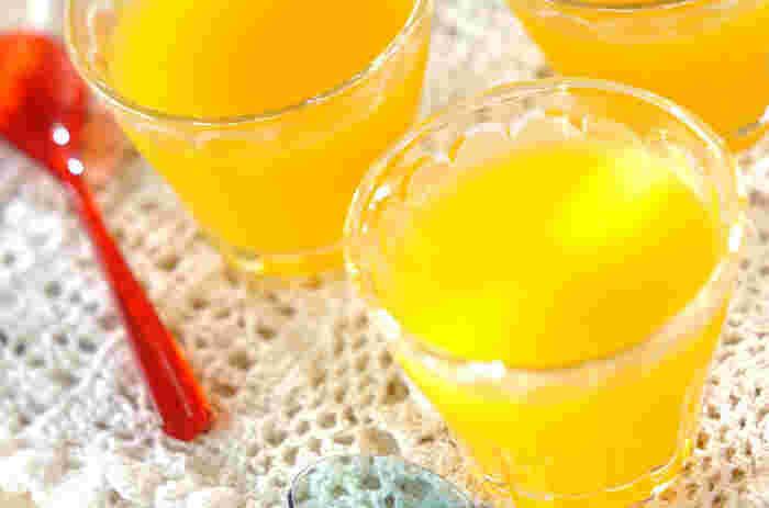 黄色いパプリカとパイナップルジュースを使って、見た目もさわやかな甘いゼリーはいかが?緑色のピーマンより甘くて食べやすい、パプリカから始めてみるというのもおすすめですよ。