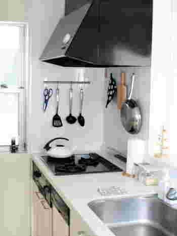 料理中に使いたい「フライ返し」や「おたま」などのキッチンツールも吊るす収納が便利。他に、フライパンやカッティングボードなども吊るせば、まるでお洒落なカフェの厨房のよう。  プロ風キッチンに仕上げるには、ブラック、シルバー、木製など色合いそろえるのがポイント。反対に、カラフルな色を使うとポップなキッチンになりますよ。