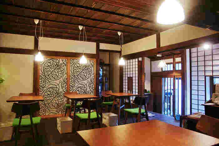 店内は、北欧デザインの家具と和の雰囲気が見事に調和しています。テーブル席の他に、縁側にはちゃぶ台席もあり、目の前には庭が広がっています。
