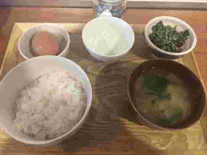 これぞ、日本の朝ごはん!な、新鮮卵が食べられる「卵かけごはん」は、モーニングのイートイン限定メニューです。この他にも、モーニングの時間限定で、おにぎり1個とお味噌汁、お惣菜1品がセットになった「朝いちセット」もあります。お腹の具合に合わせて選んでみてくださいね。