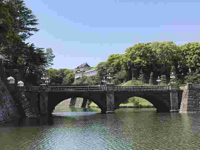 地図や航空写真で分かる通り、水を湛え、緑に覆われている「皇居」は、都心部随一といっても良いほどに豊かな自然環境にあります。【「皇居正門」前に架かる「二重橋」(手前:「正門石橋」,奥:「正門鉄橋」/二重橋向こうは「伏見櫓」】