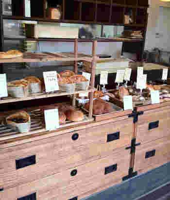 レトロなタンスや棚を使ってパンを並べています。