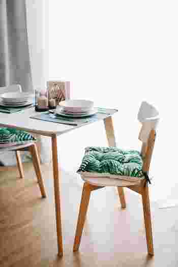 食卓も、チェアのクッションを夏らしいボタニカル柄に変えてみると雰囲気も変わりますね。  ランチョンマットもブルーやクリアなものを使うと、より爽やかな印象に。
