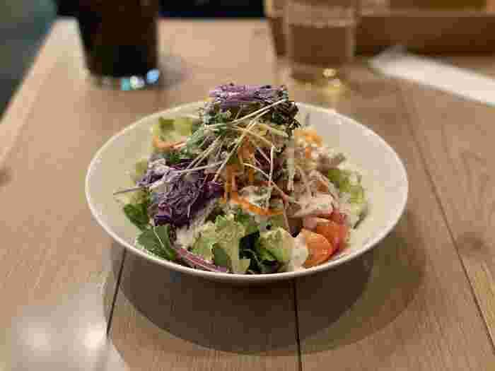 『イートモアグリーンズ』は、ヴィーガンメニューが食べられるのも特徴です。フレッシュなサラダや、ランチタイムにはタコライス、カレーなど、野菜の味を感じられるお料理を堪能して。