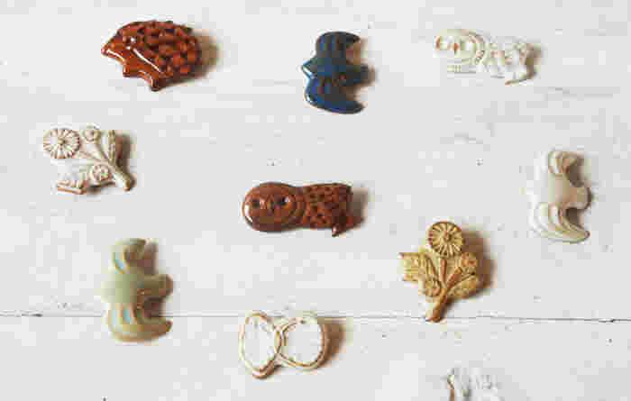 こちらは陶器のブローチです。陶器の質感を食器だけでなくアクセサリーでも味わってみましょう。繊細なデザインが施せるのも魅力の一つ。