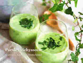 パセリ、ジャガイモ、玉ねぎなどで作る、パセリのグリーンがさわやかな冷製ヴィシソワーズ。隠し味にホワイトチョコレートが入り、飲みやすくなっているのも◎。温かいままでも美味しいので、覚えておくと一年中美味しいパセリのポタージュをいただけそう。