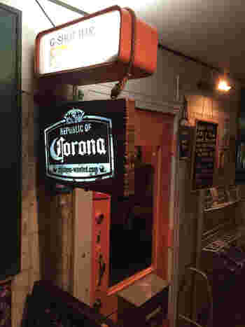 サブカルチャー、アンダーグラウンドの発信地でもある味園ビルの中にあるディープなお店の中で、その入門として一番スタンダードなお店「フィメール・フィメール・メール」です。明るい店内で、味園ビル初心者さんはまずはこのお店から、落ち着いて飲めるお店です。