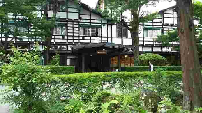 創業120年以上の「万平ホテル」。ジョン・レノンが泊まったことで有名で、宮崎駿監督の映画「風立ちぬ」で主人公達が滞在するホテルのモデルだと言われています。