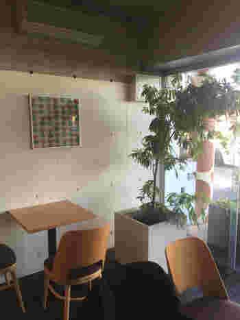 打ちっぱなしコンクリートの建物にハイセンスな店内の「キリン珈琲」。店内は広く、座席もゆったりと設えています。「キリン珈琲」という名前だけあって、店内のあちこちにキリン模様が。キリン模様をあしらったかわいいティラミスも人気♪