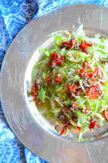 千切りしたレタスをパスタに見立ててたアレンジレシピ。サラダなのにパスタ感覚で、レタスをモリモリと食べられます。