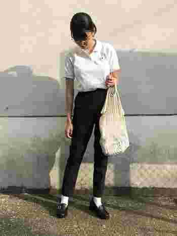 ゆとりのあるシルエットの白ポロシャツにすらっと細身の黒パンツを合わせたら、足元にも同じく黒のローファーをプラスしてトラッドな雰囲気に。ナチュラル感のあるバッグを合わせると、シャープな要素が和らいで親しみやすい印象になりますね。