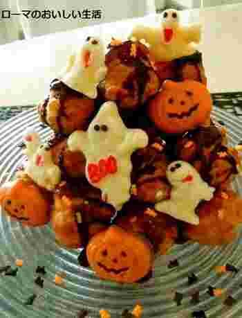 市販のプチシューに、型抜きしたおばけチョコやかぼちゃチョコを飾り付けたお手軽アレンジの可愛いデザート。ハロウィンの雰囲気が盛り上がりますね♪