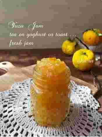 たくさんの柚子を手に入れたら、迷わず「ゆずジャム」にしておきましょう。材料はゆずと砂糖のみでとってもシンプル。お湯で割ってゆず茶として飲むのはもちろん、ヨーグルトに入れたり、トーストに塗ったり、お菓子の材料に使ったりと、アレンジ自在なのも嬉しいですね。