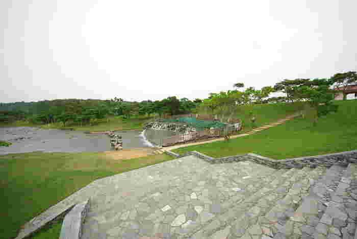 一般的なダムとは異なり、緩やかな丘陵地帯に作られたダム。 周辺には倉敷ダム公園があり、一日中のんびりと過ごすことができそうです。