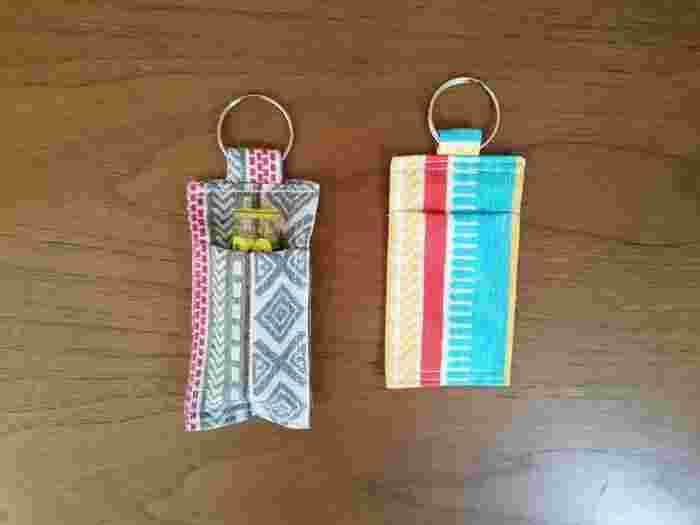 こちらは、カバンやフックなどにかけられるリップケースです。リップ専用のポケットがとってもかわいいですね。縫う順番さえ押さえれば手順は簡単。小さいアイテムなので、手縫いでもできるでしょう。リングの部分は、使わなくなったキーホルダーの金具を使うなど、アレンジもできそうですね♪