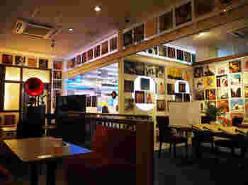 店内の壁はレコードのジャケットでいっぱいです。眺めるだけでも時間が過ぎてしまうほどです。
