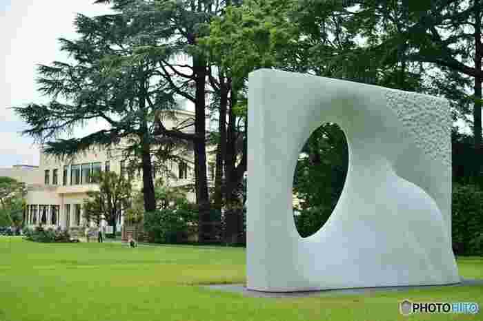 屋外にも彫刻が展示されています。晴れた日には緑の中でゆっくりとした時間を過ごすのもおすすめです。