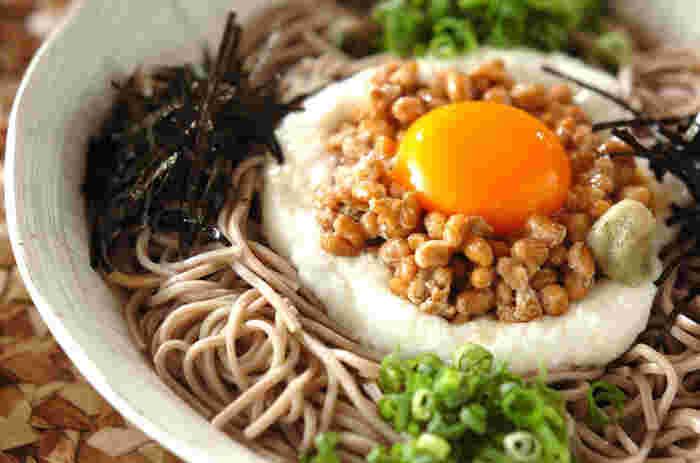 このとろろ蕎麦は大和芋をすり下ろした粘り気が強いとろろを使っています。栄養価も高い納豆を合わせていて、バランス的にもいいですね。お出汁に溶けたわさびがピリリと効いて、お味も優秀。とろろがお蕎麦に絡んで美味しいレシピです。
