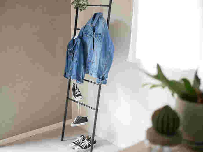 無駄のないデザインで使いやすいラダーハンガー。華奢なバーには服やバッグ、ストールなど様々なものを掛けられます。ただ掛けるだけでインテリアの一部になるのが嬉しい♪