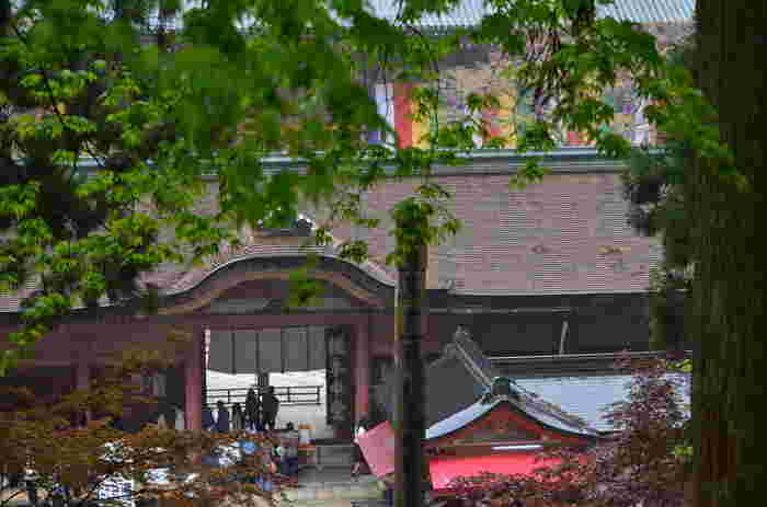 大津市坂本本町にある、平安仏教の中心地として栄えた天台宗総本山「比叡山延暦寺」。ユネスコ世界文化遺産としても登録されており、本堂にあたる根本中堂は国宝となっています。