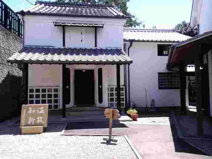 廻船問屋・瀧田家(かいせんどんや・たきたけ)は、江戸時代から明治時代にかけて廻船業を営んでいた瀧田家の邸宅です。ここは、1850年頃に建築された住宅を忠実に復元・整備したもので、博物館として公開されています。