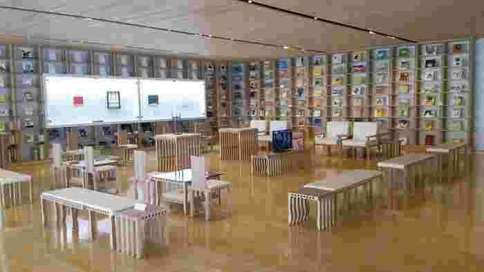 2階には、様々な図鑑や大分テーマなどの本を集めた「情報コーナー」があり、目でも楽しめるギャラリーのようになっています。タブレットで蔵書や作品を検索したり、飾ってある本は自由に読むこともできますよ!