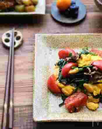 卵・トマト・ニラの3色が入った彩り豊かな一皿。夏バテ予防に食べたいですね。