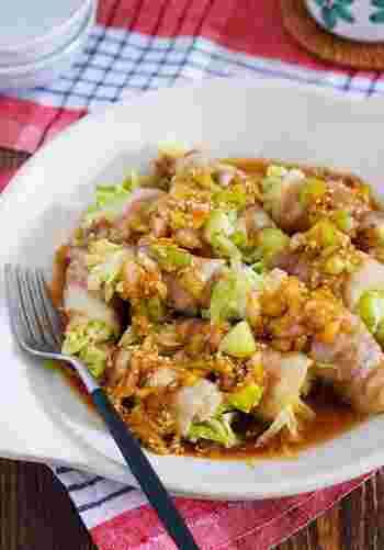 ザク切りキャベツを豚バラ肉で巻くことで、カサ増しもでき栄養バランスも◎な万能レシピ。食べ応えもありご飯にぴったりですよ。