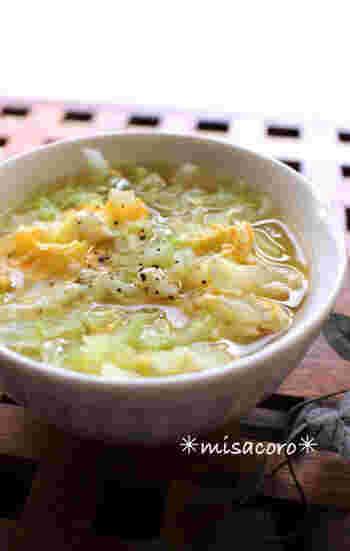 お鍋を使うと洗い物も大変だし……そんなときには、電子レンジだけで作ってしまいましょう。キャベツと卵とコンソメがあればできちゃうレシピです。先にキャベツをスープと一緒に加熱してから、次のステップで卵を加えましょう。