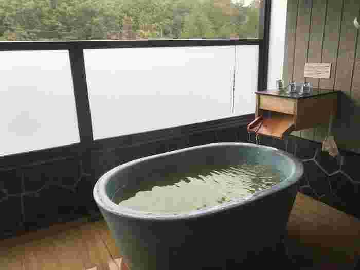 大浴場だけでなく、客室の露天風呂が温泉のお部屋も。露天風呂が信楽焼きの陶器風呂になった客室もありますよ。