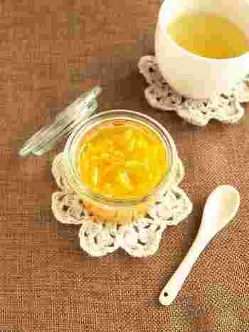 時間がとれたときに自家製の柚子茶を作っておくと、1週間ほど楽しむことができます。作り方は意外と簡単。種とわたを丁寧に取り除いた柚子皮を1分くらい茹で、細切りにしてはちみつで漬けておくだけです。温めたジュースやお酒などで割っても美味しいドリンクになりますよ。