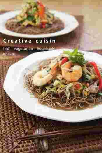 和と中華のコラボレーション蕎麦。日本蕎麦の香と風味ととろ~りとした餡かけがよく合います。