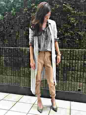 流行のロングカーデをあわせるのも素敵。パンツ以外をグレー系でまとめた大人っぽい雰囲気が◎。