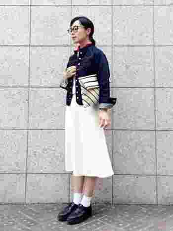 カジュアルになりがちなネイビージージャンを、白スカートとマニッシュシューズ&メガネで知的なスクールガール風に。差し色の赤のスカーフも絶妙です♪